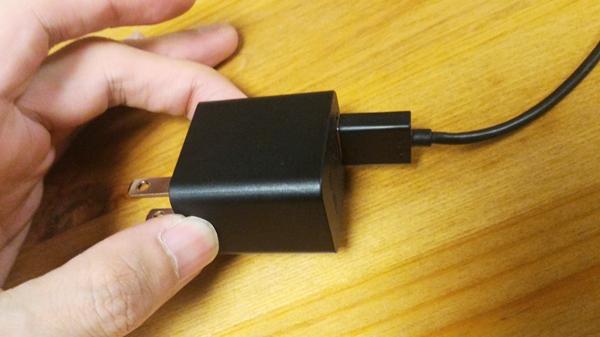 AmazonFireTVstickの電源ケーブルを電源アダプターに差し込んだ画像