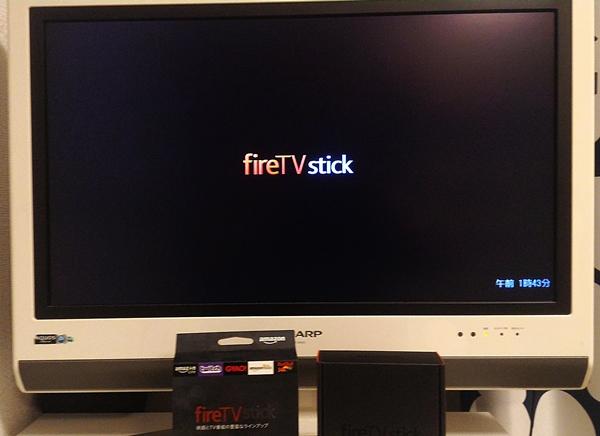 AmazonFireTVstickをテレビに接続し、画面に「fire TV stick」と表示されている画像