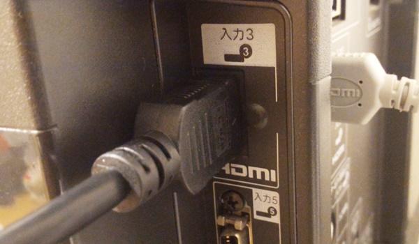 HDMIケーブルをテレビに差し込んだ様子