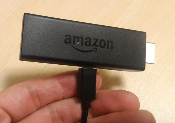 Amazon Fire TV stick本体に電源ケーブルを差し込んだ画像