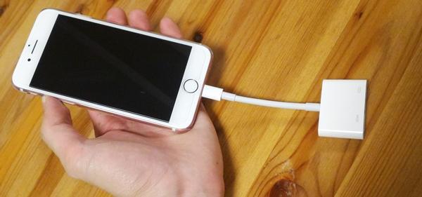 iPhone7に変換アダプタを差し込む様子