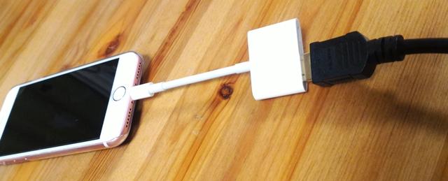 iPhone7とせず得した変換アダプタにHDMIケーブルを差し込む様子