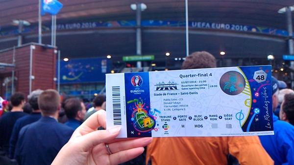 フランスサンドにスタジアムを背景にサッカー欧州選手権EURO2016のチケットをかかげる様子