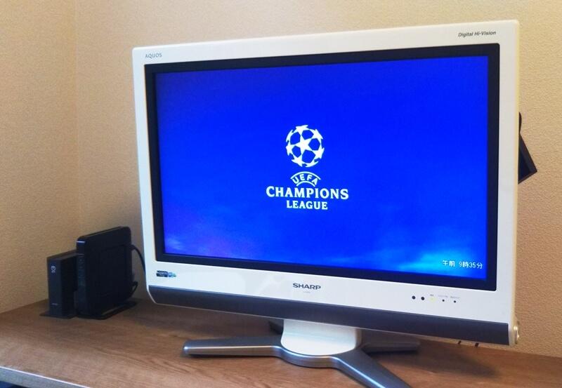 テレビでDAZNのチャンピオンズリーグを見ている様子