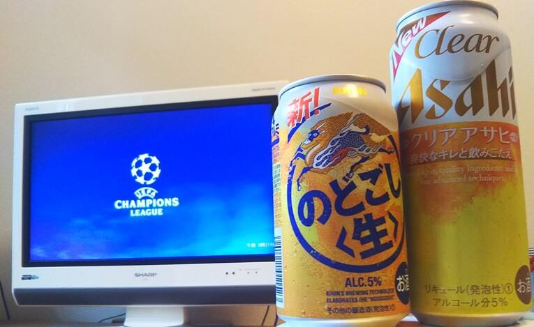 ビールを手前に、奥にテレビでチャンピオンズリーグのロゴがテレビに映っている様子