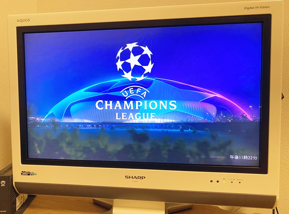 テレビに映るWOWOWでのチャンピオンズリーグロゴ
