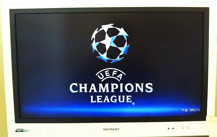 テレビにCLのロゴが写っている様子