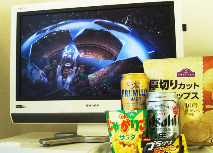 自宅のテレビにスカパー!のCL中継が映っていて、その横にビールとお菓子が並ぶ様子