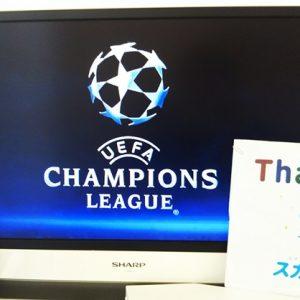 テレビにCLのロゴが映り、リモコンとスカパー!加入者へのThanks冊子が立てかけられている様子