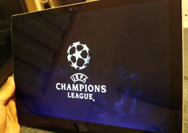 タブレットPCでスカパーオンデマンドのチャンピオンズリーグを見ている様子