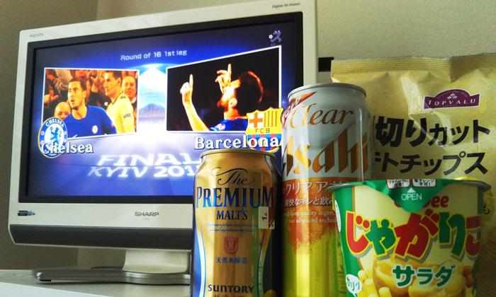 CLのチェルシー対バルセロナの宣伝画面が映ったテレビとビール、お菓子を並べている様子