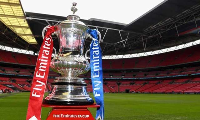 ウェンブリースタジアムのピッチの上に飾られるFAカップのトロフィー