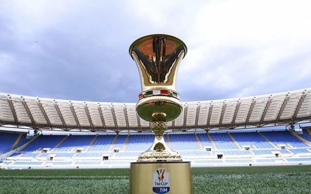 スタディオ・オリンピコの芝生の上に置かれたコッパイタリアの優勝カップ