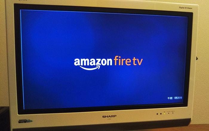 Amazon fire tvのロゴがテレビに映っている様子